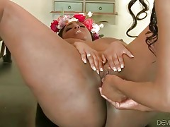 Turned on black lady deeply penetrates h...